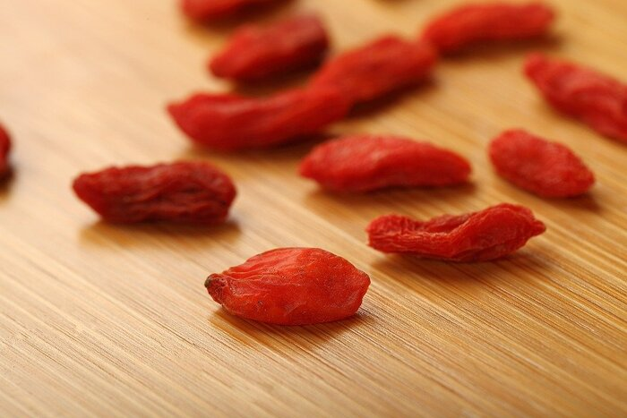 """美容効果が高いといわれているクコの実。""""ゴジベリー""""とも呼ばれます。中国では古くから薬膳に使われてきました。抗酸化作用があり、美肌効果やアンチエイジング効果があるとされています。アミノ酸やビタミン類も豊富に含まれています。味はやや酸っぱいので、一度にたくさん摂るよりも毎日の料理にひとさじずつ加えるのがおすすめです。"""