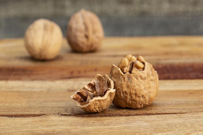 ナッツ類は栄養豊富な食材です。くるみにはオメガ3脂肪酸という良質な脂肪や、ポリフェノール、タンパク質など体に必要な栄養がたくさん含まれています。料理にもスイーツにも使えて、おやつ代わりにポリポリ食べるのにも美味しい万能食材です。