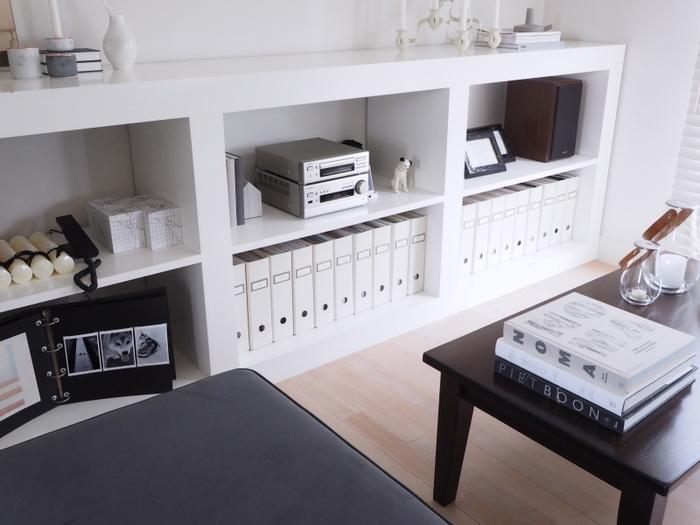 オープン棚はフレキシブルに使いやすく、リビング収納にぴったりの家具。こちらのお宅のように、色やデザインを揃えてアート・雑貨などを飾れば素敵なディスプレイコーナーになります。程よく「余白」を意識して、ゆったりと飾るのが、洗練された雰囲気に仕上げるコツです。