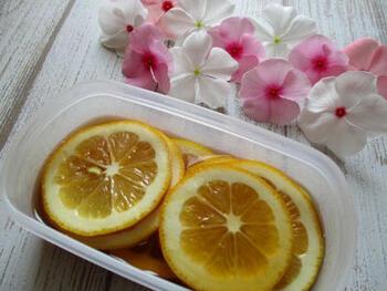 レモンの蜂蜜漬けをマヌカハニーで作ると、疲労回復にぴったり。マヌカハニーの味は普通の蜂蜜より濃厚なので、水あめを加えてまろやかにしています。