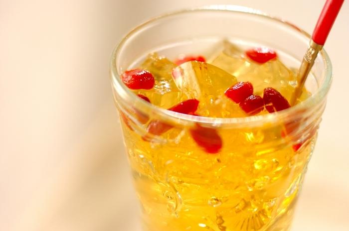香りのよいジャスミン茶のゼリーに、たっぷりのクコの実を散らして。さっぱりしているので食べやすいですよ。