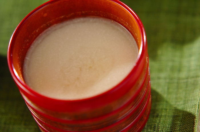 酒粕の甘酒に、ショウガをたっぷり入れて体の芯から温まりましょう。酒粕が苦手な方は、麹の甘酒を使ってもOKです。その場合は砂糖は入れずに作りましょう。