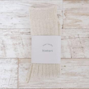 素材と履き心地の良さにこだわった、おしゃれで上質なアイテムを提案する日本のソックスブランド「French Bull(フレンチブル)」。こちらはウール糸と綿麻糸を使用して、ざっくりとした風合いに編み立てた厚手のオーバーソックスです。ゆったりした履き心地と、優しい色合いが魅力的です。