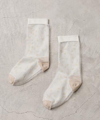女性のナチュラルな魅力を引き立てる、上品なアイテムを提案するファッションブランド「bulle de savon(ビュルデサボン)」。こちらは無地の靴下の上に、透け感のあるチュール素材を重ねたおしゃれなソックスです。チュールにはラメ糸でドット模様が刺繍されています。エレガントで女性らしい雰囲気のチュールソックスは、シンプルコーデのアクセントにおすすめです。
