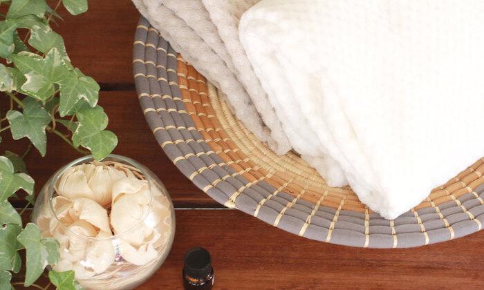 ふんわりもっちりとした感触のタオルは、原材料にインドの大地から手摘みで収穫した綿花の最上の部分だけを使い、蛍光増白剤は一切使われていません。綿の吸水性に加えて、上げ落ち加工を施すことでさらに吸水性をアップ。肌に触れると優しく水分を吸収し、お風呂上りの体を包み込んでれます。