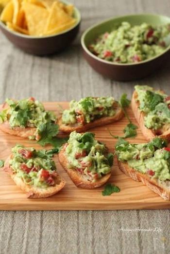 メキシコ料理の一つ、ワカモレ。サルサの一種ですが、トマトではなくアボカドをメインに使っていて、綺麗なグリーンが印象的です。トルティーヤチップスだけでなく、バケットにのせても美味しいですよ。
