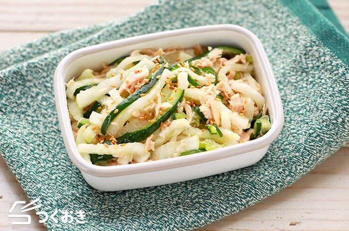 大根ときゅうりを切って塩揉みしてしばらく漬けたら、しっかり水気を切り、ツナと白だしを少し入れるだけで美味しい作り置きサラダの完成です♪簡単に作れて冷蔵保存で3日ほど持つので、お弁当に入れたり、副菜にしたり、作り置きしておくと、とっても便利。