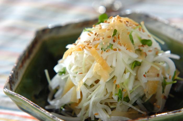 大根、塩クラゲ、カイワレ菜を甘酢とごま油のドレッシングでいただくさっぱりサラダ。クラゲのコリコリとした食感と大根のシャキシャキとした食感がクセになりそうな、中華にも和食にも合うサラダです。