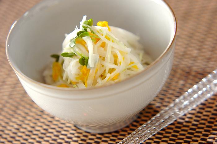 大根、黄菊、カイワレ菜で作るサラダ。お酢と市販のフレンチドレッシングで簡単に作れるうえに、彩りも良く見た目も味も上品なサラダはおもてなしの一品としても重宝しそう。フレンチドレッシングを使うので洋風サラダにカテゴライズしていますが、和食の付け合わせにも◎。
