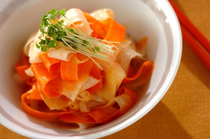 千切りや短冊切りの大根サラダも美味しいけれど、ピーラーでひらひらのリボン状にした大根も見た目も食感も◎。ニンジンと大根、ともにピーラーでひらひらにしてサラダにし、仕上げに根元を切り落としたブロッコリースプラウトを飾れば、彩りもバッチリの食卓が華やぐサラダに。彩りが少ないおかずのときに覚えておくと良いかも。