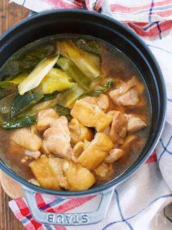 スポンジのように味が染みやすい油揚げは、お鍋とも好相性。いつもと少し違ったコクを楽しむことができます。食材3つでも美味しい、覚えておきたい簡単鍋レシピです。