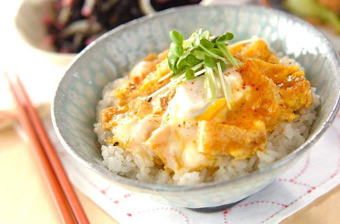 油揚げと卵、ご飯があれば作ることができる簡単節約丼。お揚げに味が染みるので、ご飯にぴったり!お肉や野菜がなくても満足しやすいです。あれば玉ねぎやネギを一緒に煮てもいいですね。