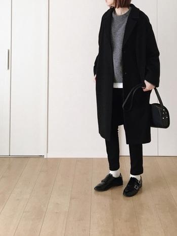 ボトムスを黒スキニーに変えれば、白と黒のコントラストが生まれてスタイリッシュな印象に。全身をダークトーンでまとめたシックなコーディネートに、爽やかな白靴下がアクセントになっておしゃれな雰囲気です。