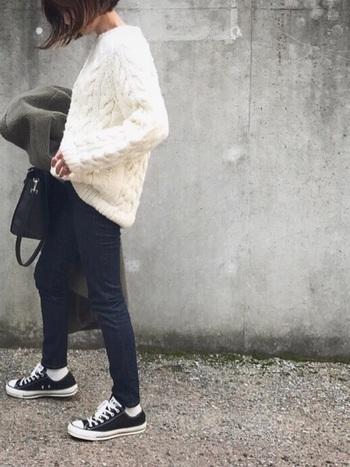 白靴下はカジュアルなデニムとの相性も抜群です。デニムの裾からチラリと見える白靴下がとっても可愛いですね。立体的な編み柄が美しいケーブルニットを合わせれば、シンプルなデニムスタイルも上品な雰囲気に。
