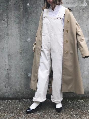 今年らしい着こなしを楽しみたい方には、白靴下にオーバーオールやサロペットを組み合わせたカジュアルコーデもおすすめです。足元にパンプスを合わせれば、ボーイッシュな着こなしも上品な印象に。