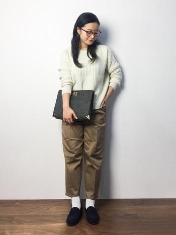こちらは上・下淡いトーンでまとめた上品な大人カジュアル。ニット×チノパンの定番スタイルも、ペグトップシルエットのパンツに白靴下×ローファーの組合せで今年らしい印象に。