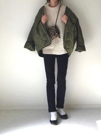 ミリタリーテイストのキルティングジャケットを合わせたカジュアルコーデも、白靴下×バレエシューズの組み合わせで上品な雰囲気に。レオパード柄のバッグやアクセサリーなど、エレガントな小物使いもポイントです。