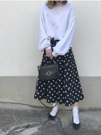 定番のスカートコーデも白靴下をプラスするだけで、いつもとは一味違うおしゃれな着こなしに。ドット柄スカート×白靴下×バレエシューズの組み合わせが女性らしい雰囲気で素敵です。