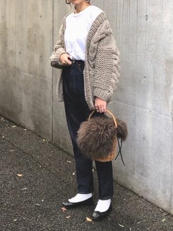 こちらのコーディネートは、バレエシューズ×白靴下が女性らしい雰囲気です。上品なテーパードデニムにボリュームのあるオーバーシルエットのカーディガン、ファー付きのバケツ型かごバッグなど。トレンドアイテムを上手に取り入れることで、ワンランク上のカジュアルスタイルが楽しめますよ。
