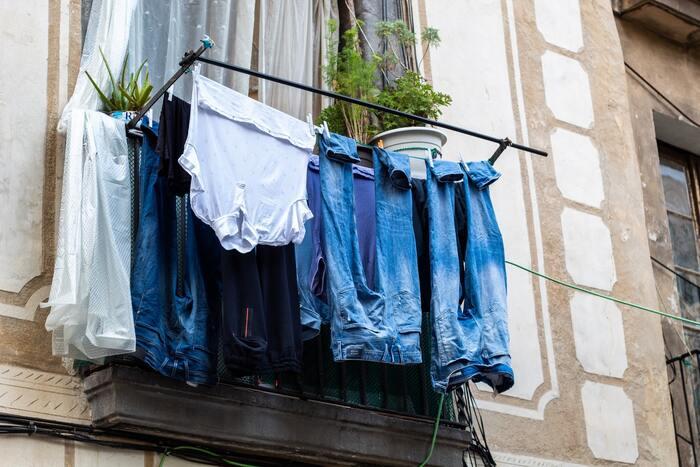 最近は浴室乾燥機が付いていたりと洗濯にベランダを使用しない方も多いですが、ベランダ派の方は植物で埋め尽くしすぎてしまわないようにご注意くださいね。空間を上手に使える格子につけるタイプの物干し竿も購入できますので、お住まいの建物の規定の範囲内で参考にしてみてください。