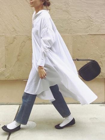 ふんわりと広がるAラインのシャツワンピースにデニムを合わせ、白靴下をアクセントにした爽やかなカジュアルコーデ。白を基調としたナチュラルコーデは、春夏シーズンにおすすめのスタイルです。
