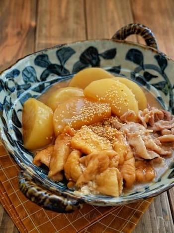 出汁いらずで作ることができる、じゅんわり煮物のレシピ。お揚げにも大根にも味がしみしみで、ほっこり幸せな気分に。とろみによって冷めにくい、冬におすすめの一品です。