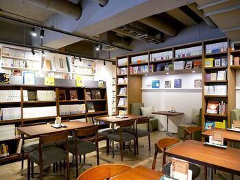 元々は岩波ブックセンターがあった場所ということもあり、店内には岩波書店の本がたくさん並んでいます。購入するのはもちろん、テーブルで自由に読むこともできますよ。