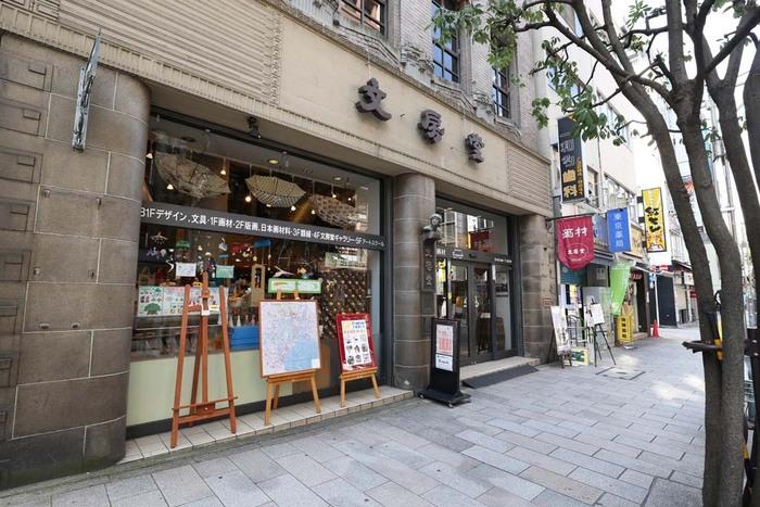 1887創業の老舗画材店「文房堂」。その3階にあるのが、ギャラリーを併設したカフェ「文房堂Gallery Cafe」です。店舗ではステーショナリーや文房具なども販売しているので、お買い物がてら立ち寄るのもおすすめです。