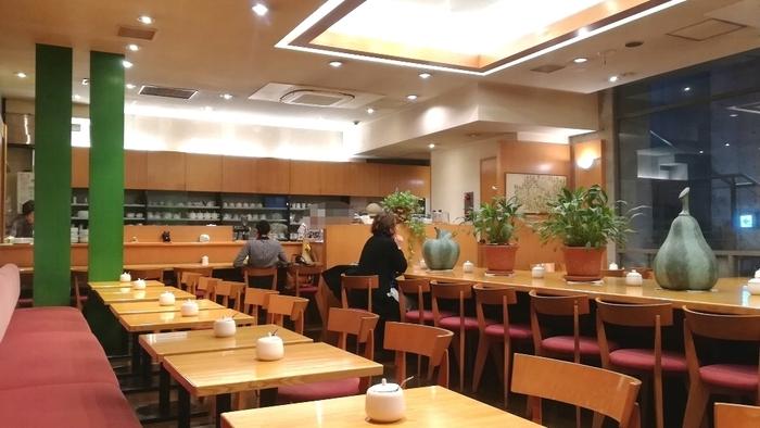 「ティーハウスタカノ」は1974年から神保町で営業を続ける老舗の紅茶専門店。大通りから一本入ったビルの地下にあり、上質な紅茶を味わいながら静かなひと時を過ごせます。