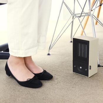 「デスクヒーター」は足元に置いたり、デスクの裏などに設置して使用する暖房器具です。膝や足元をピンポイントで温めることができるので、冬の冷え性対策に悩む女性の方にも人気の高いアイテムです。