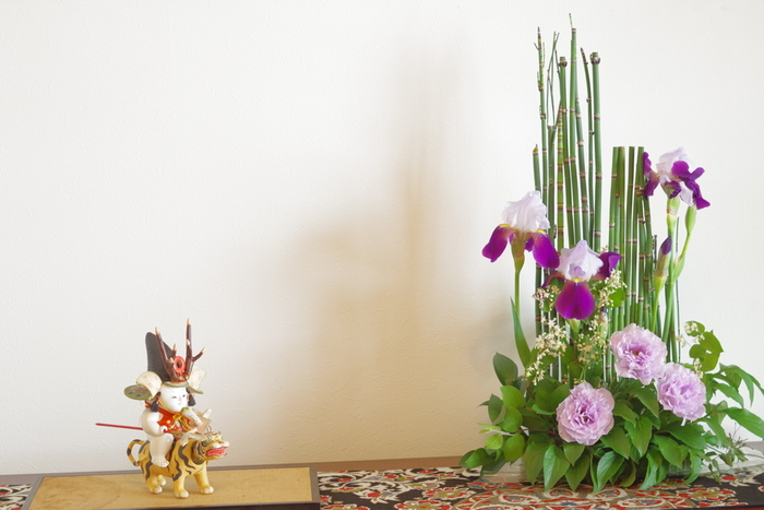 テーブルやカウンターに、ちょこんと飾った五月人形がとても愛らしいですね。季節のお花と一緒に飾ると、コンパクトな五月人形でも華やかな雰囲気になりそうです。