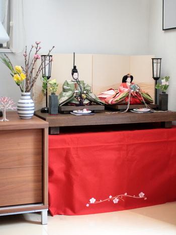 こちらのおうちでは、リビングのコーナーに雛人形を飾っています。普段は植物を飾っている場所を使われているそうですよ。桃のお花を飾って、華やかで素敵なコーナーになっています。