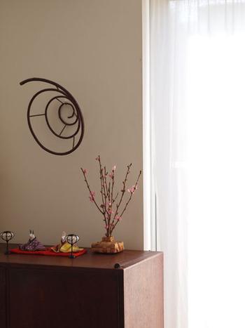 シンプルで小さな雛人形は、棚の上にさりげなく飾って。桃の花を添えると、可愛らしさや華やかさもプラスできますね。インテリアに溶け込んでいて素敵なこちらの飾り方も、お手本にできそうです。
