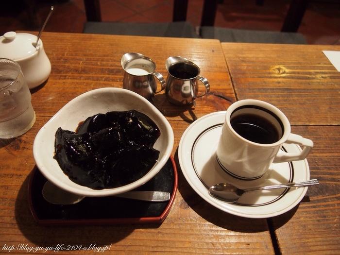 「神田ぶれんど」や「仏蘭西ぶれんど」と名付けられた特製のブレンドコーヒーは、苦味が強めで深い味わい。コーヒーにあまり詳しくなくても、その美味しさがはっきりと分かります。そして、そんなこだわりの味が凝縮された「コーヒーゼリー」もぜひご一緒に。ミルクとシロップをかけるとちょうどいい甘さに変わりますよ。