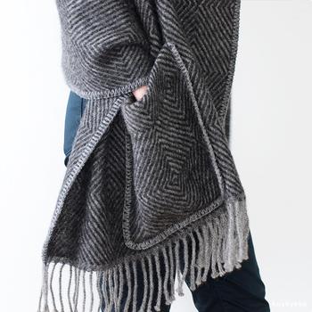 ラプアン カンクリの「ポケットショール」は、ウール素材100%という保湿性の高さが魅力。左右には大きいポケットがついているので、携帯やお財布を入れて外出することができます。