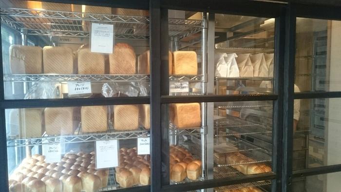 国産小麦で丁寧に作られる「プレミアム食パン」は、大きく3種類。山型食パン(プレーン)、角型食パン(プレーン)、角型食パン(リッチ)がラインナップしています。ミニサイズもあるので、気軽に食べ比べも楽しめますよ。  お店の前には黒板が出されていて、その日の焼き上がり時間をお知らせしてくれます。その黒板で、欲しいパンの焼き上がりをチェックしてから、海へ散策したりと鎌倉観光を楽しんでもいいですね。