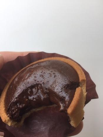 焼き立てのアツアツの「フォンダン」は、ご覧の通り中からトロッとチョコが流れ出ててきます*  ひと口食べるごとに「美味しい~」と、幸せなため息がこぼれるはず。
