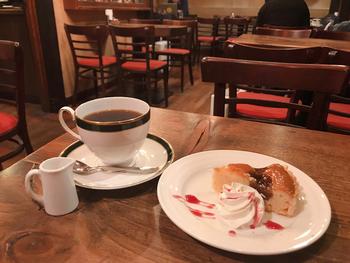 炭火焙煎のコーヒーは、豆の香りが引き立つ芳醇な味わい。日替わりのケーキとのセットも人気で、贅沢なティータイムを楽しめます。