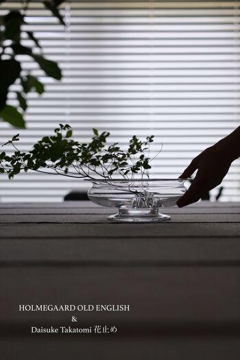 北欧インテリアに合う花器を探すなら、ホルムガードがおすすめ。熟練の職人によって丁寧につくられるガラス製品は、デンマーク王室御用達ブランドとして選ばれるほどクオリティが高いもの。さりげなく花やグリーンを生けるだけで、洗練された雰囲気が漂います。