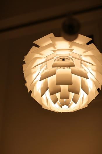 北欧インテリアを語るうえで外せないのが「照明」。独創的なデザインと眩しさの少ない良質な光で、ワンランク上の空間に導きます。  北欧照明ブランドとして、まず名前が挙がるのは1874年にデンマークで設立されたルイス・ポールセン社ではないでしょうか。PH5やアーティチョークなど、美しく光の質にもこだわった名作照明を多数生み出しました。