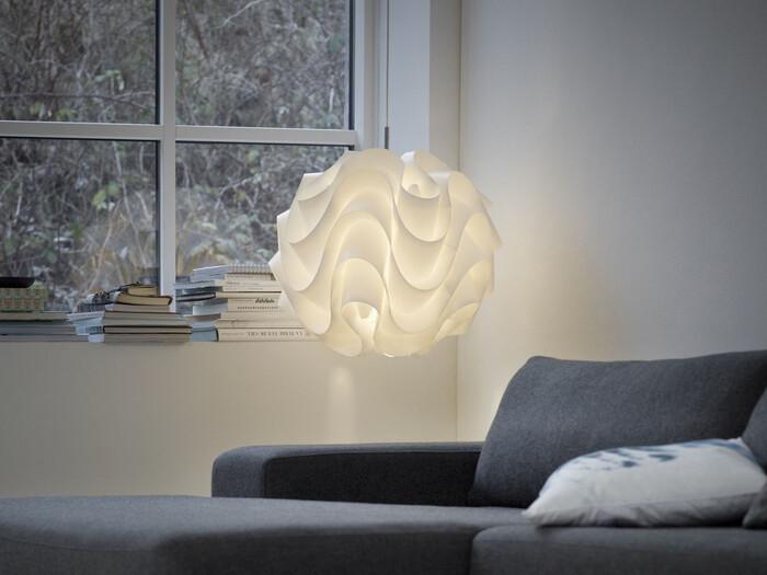デンマークの照明ブランド、レ・クリント社も、北欧照明を代表する優れた作品が多数あります。スタイリッシュなデザインと、優しく温かみのある灯りが魅力です。写真は、1971年にポール・クリスチャンセンによってデザインされた名作照明「172」。1枚のプラスチックシートを手作業で織り上げたというアーティスティックなデザインには、ハンドクラフトの精神が宿っているよう。