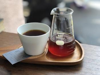 豆の個性を活かすために浅煎りしたコーヒーは、すっきりとしたフルーティーな味わい。ビーカーから小さなカップに注ぐおしゃれなスタイルも素敵です。