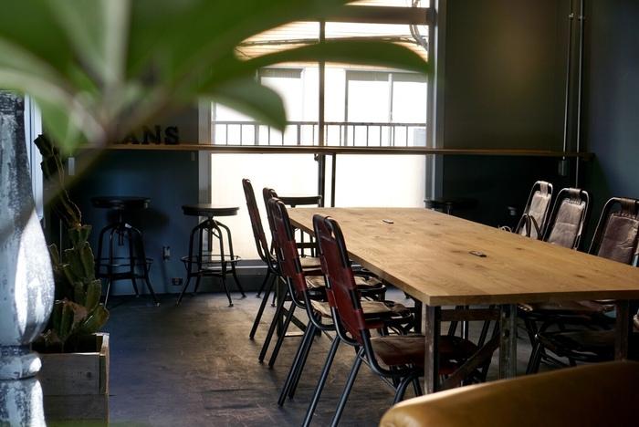 スタッフ自らが手を加えたという店内は、とっても居心地の良い空間。2階にもフロアがあり、グループでもお一人様でものんびり寛げます。