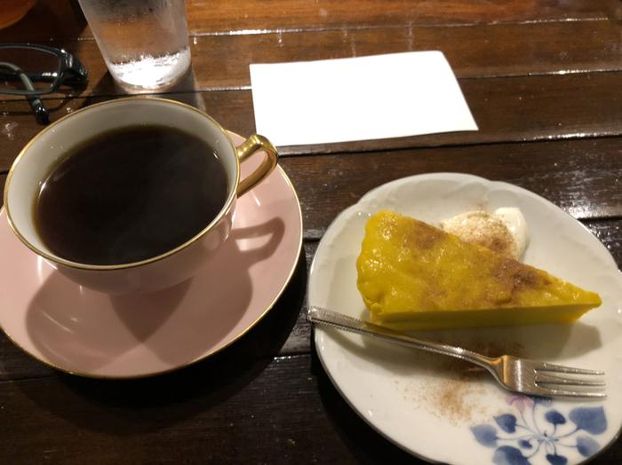 生豆をじっくりと寝かせてから焙煎する「エイジングコーヒー」は、注文を受けてから丁寧にネルドリップします。また、手作りのケーキもコーヒーのお供にぴったり。中でも「カボチャのムース」は長年人気のメニューです。
