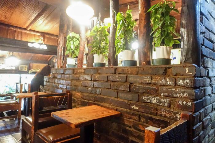 落ち着いた雰囲気の店内は、開店当時に流行していた山小屋風のインテリア。壁には訪れたお客さんの落書きもあり、昔から愛されている喫茶店の歴史を感じさせます。