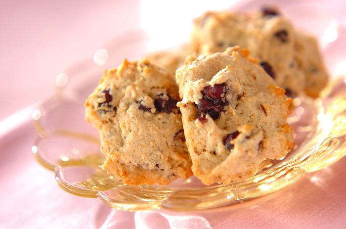 ゆで小豆ときな粉を使った和風のクッキーです。きな粉の香ばしい風味とサクサクとした食感が病みつきになりますよ。