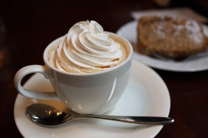 """実は「ラドリオ」は""""ウィンナーコーヒー""""発祥のお店。「熱々のコーヒーが冷めないように」という気遣いから始まったという元祖ウィンナーコーヒーは、固めにホイップした濃厚なクリームがコーヒーのほろ苦さとよく合います。"""