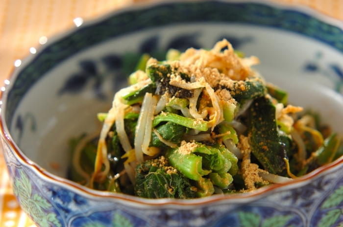 きな粉は大豆からできているので、スイーツだけでなく料理にも使えます。ゆでた小松菜とモヤシに、きな粉とのりを和えて副菜に。栄養たっぷりですよ。