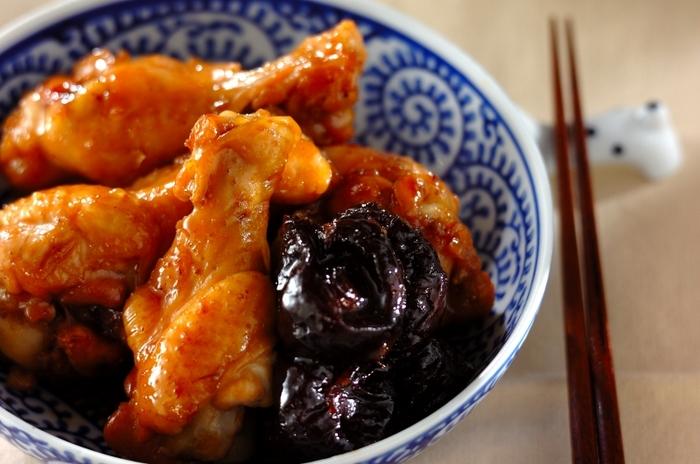 プルーンは煮物にも使えます。手羽元にドライプルーンを加えて圧力鍋で煮ると、プルーンの甘さと栄養が加わります。