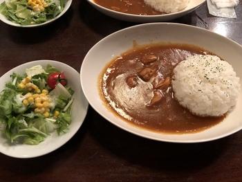 神保町は言わずと知れたカレーの街。「ラドリオ」にも特製のチキンカレーがありますよ。辛さ控えめで野菜の味が感じられるマイルド風味。ランチにおすすめの一品です。